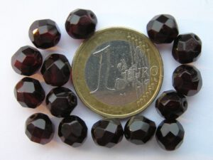 0050225 Garnet ( donkerrood) facet 8 mm.-0