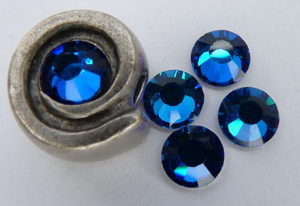 0900119 M.C. Chaton rose ss 30 Crystal Bermuda Blue-0