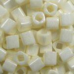 TC-04-0122 toho cubes 4 mm opaque lusteren navajo white kleurnummer 122